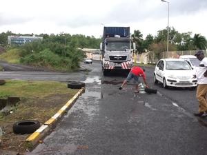 12:40...les pêcheurs libèrent l'accès pour deux containers de médicaments