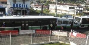 Deux grands bus agressent un petit bus en #Martinique