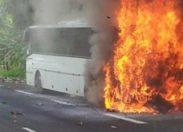 Un bus de carnavaliers brûle en Guadeloupe