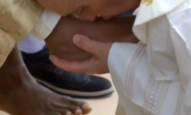 Le pape François lave et embrasse les pieds de Bruno Nestor Azérot