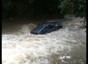 Un véhicule emporté par une rivière en crue : le conducteur se noie