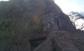 Le canal des Aloès : Canal des Aloès dans sa partie aérienne, en encorbellement au-dessus du radier du Ouaki (site d'escalade du Verval) - Journées Européennes du Patrimoine à la Réunion
