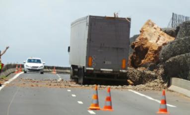 Éboulements sur la route du littoral à l'île de La Réunion