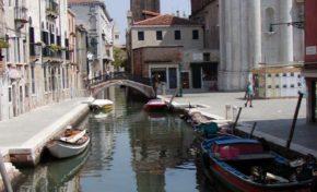 """Que c'est triste Venise ...  Un jeune homme noir se noie dans le canal de Venise sous les insultes des passants :  """"Laissez-le mourir!Rentre chez toi!"""