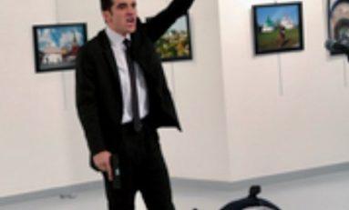 Doigt en l'air, une arme à la main et le visage marqué par la colère, la haine.  C'est l'image de l'assassin de l'Ambassadeur russe tué à Ankara qui remporte le premier prix du World Press Photo