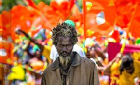 Cet homme noir n'est pas un jouet sombre au carnaval des autres