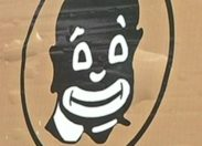 """""""J'ai des amis qui ressemblent beaucoup à ça donc on a voulu mettre le kaf en col blanc et souriant"""""""