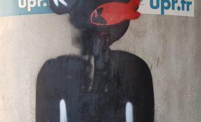 Un nègre noir avec un poisson rouge sur la bouche